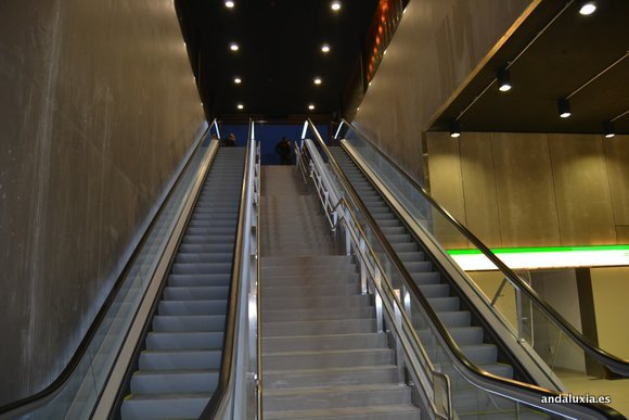 Escaleras de entrada a la estación