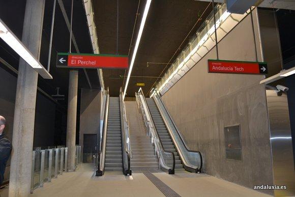 Escaleras de bajada al andén del Metro de Málaga