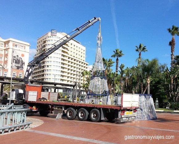 Montaje del árbol de Navidad de la Plaza de la Marina de Málaga